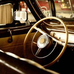 Dama ripara riparazione interni auto d'epoca